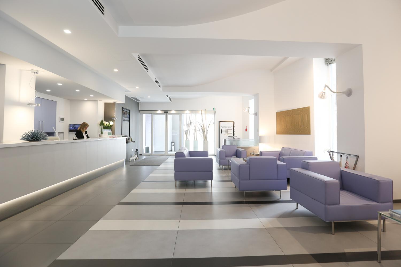 Interno della camera degli ospiti dell'hotel Executive Inn con reception e divani