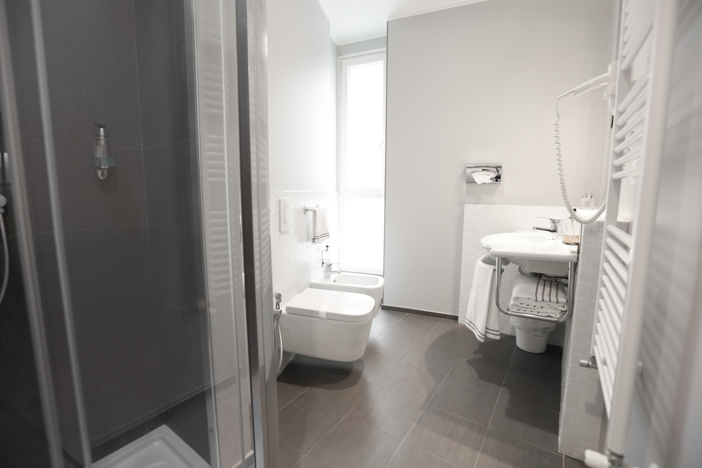 Hotel Executive Inn camera doppia deluxe, sala igiene con doccia, WC, bidet e lavandino