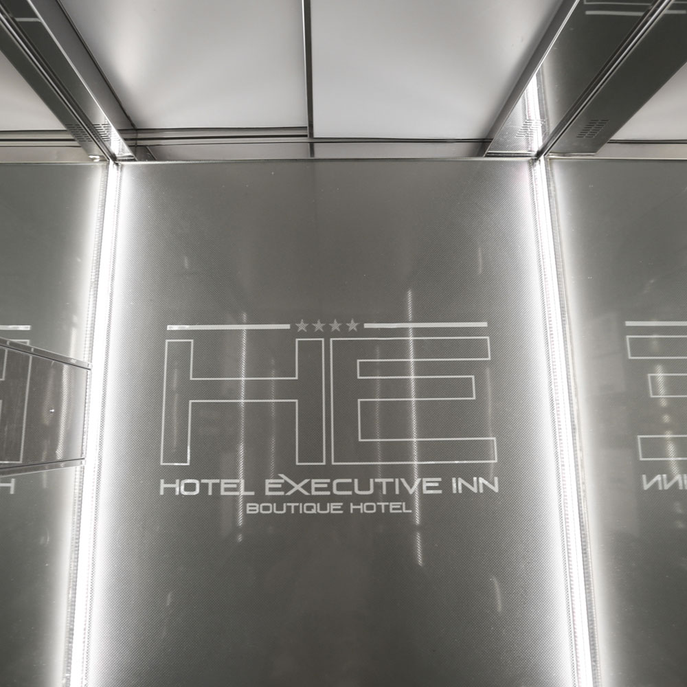 Hotel Executive Inn ascensore in stile modernista con logo dell'hotel