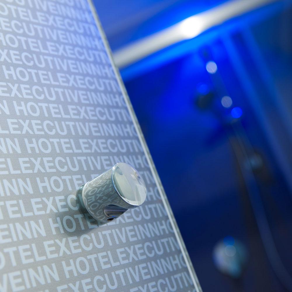Hotel Executive Inn porta sullo sfondo di una doccia in blu