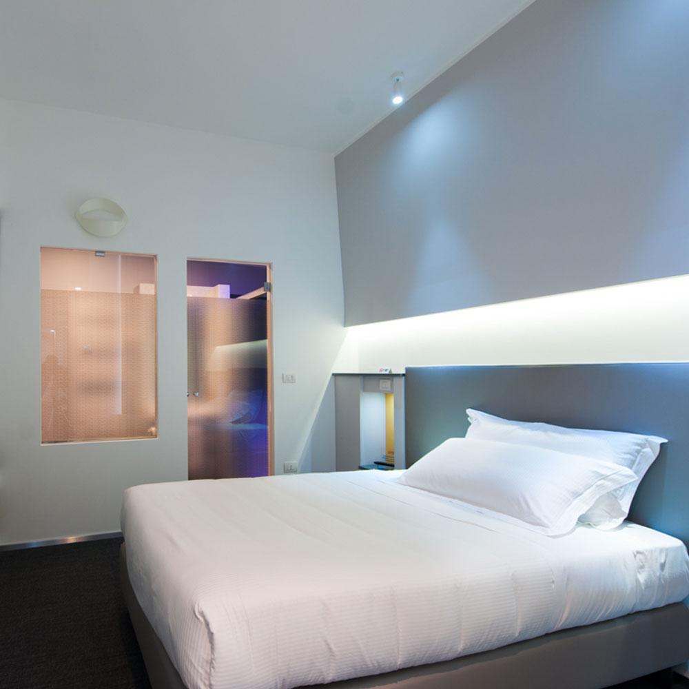 Hotel Executive Inn letto bianco come la neve con due cuscini