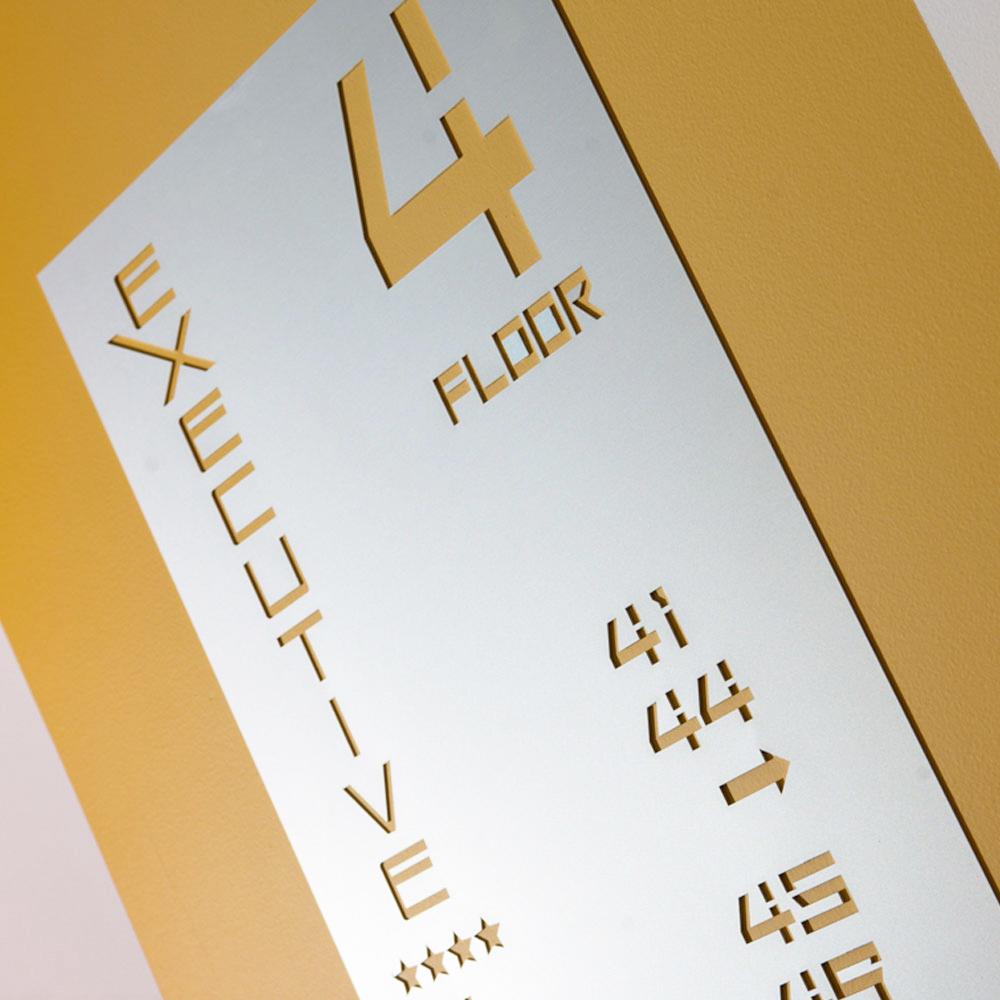 Cartello dell'Hotel Executive Inn con informazioni sul piano e sulla camera