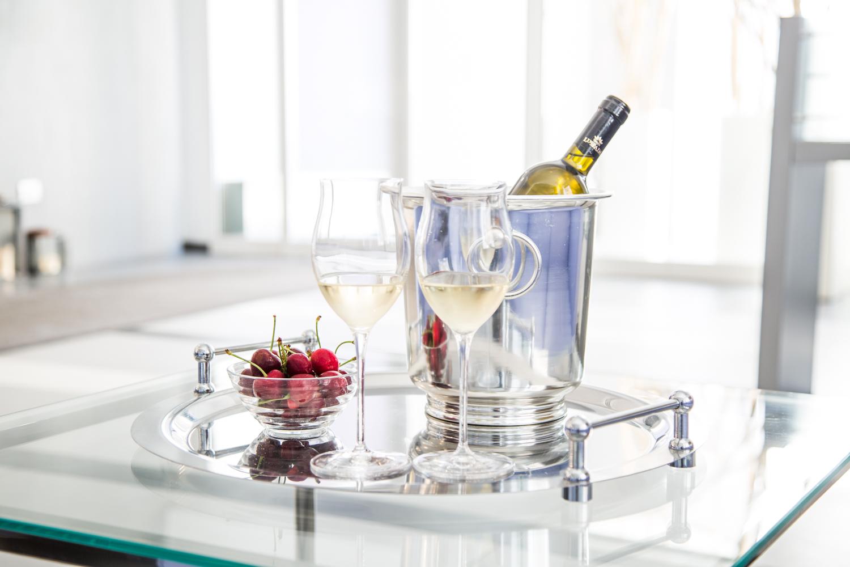 Hotel Executive Inn e bicchieri con una bottiglia di champagne con ghiaccio e ciliegie in un piatto su un vassoio