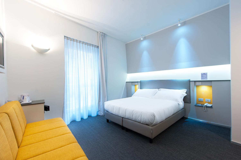 Camera Executive Inn dell'hotel con un design unico e una combinazione di giallo con fiori bianchi