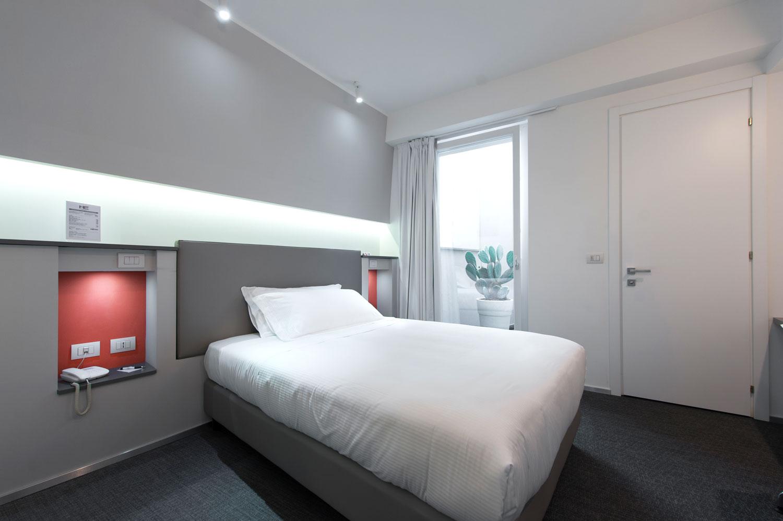 Camera Executive Inn dell'hotel con un design unico e una combinazione di fiori rossi e bianchi