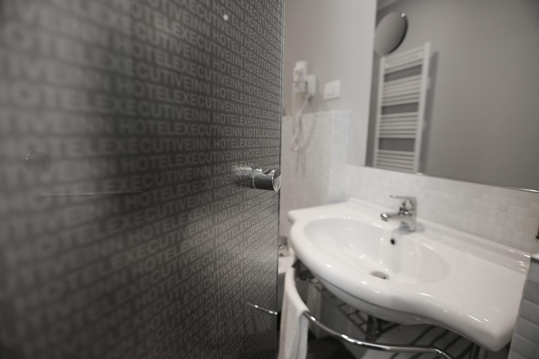 Hotel Executive Inn camera singola deluxe, entrata nella stanza dell'igiene