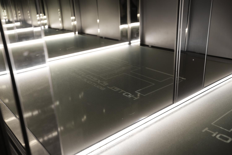 Logo Hotel Executive Inn in un ascensore a specchio con illuminazione interessante