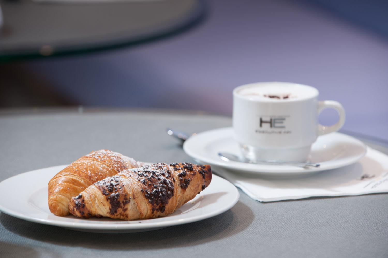 Hotel Executive Inn colazione con croissant e una tazza di caffè