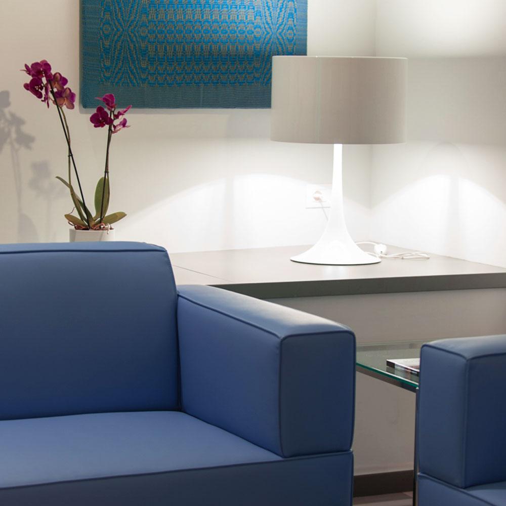 Hotel Executive Inn all'angolo con divani blu illuminati da una lampada
