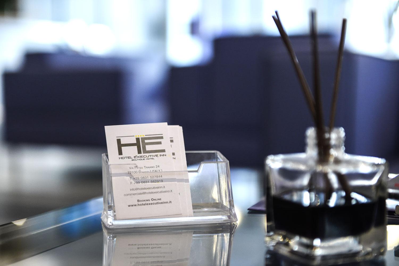 Dettagli interni dell'Hotel Executive Inn, biglietti da visita e inchiostro