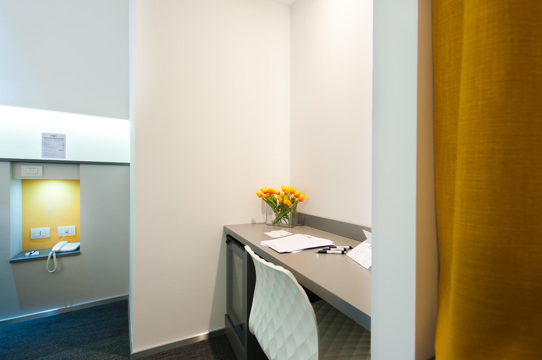 Hotel Executive Inn Camera singola standard, posto di lavoro con tavolo e sedia