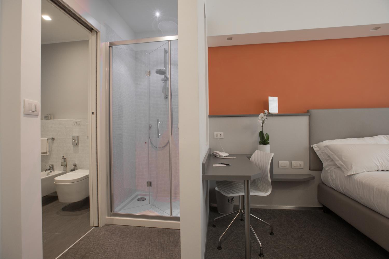 Hotel Executive Inn camera doppia francese, vista laterale, sul passaggio dalla camera da letto alla stanza dell'igiene